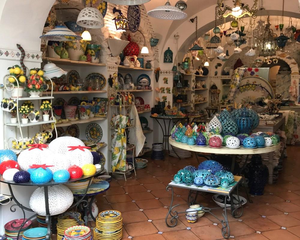 Existem lojas de muito bom gosto, em especial para decoração, mas bem caras