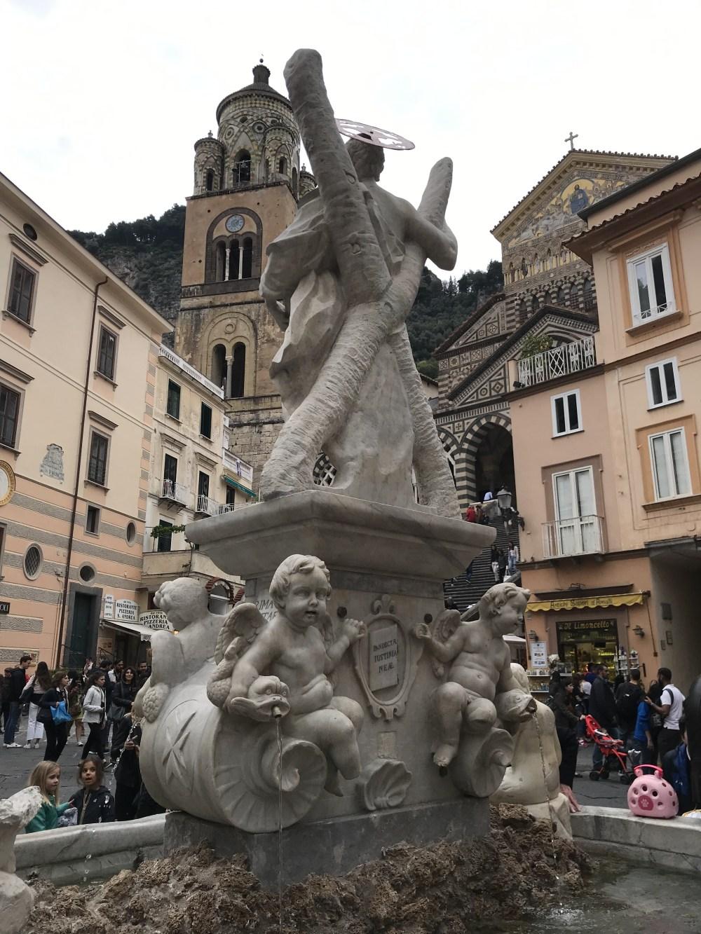 Mais da praça central de Amalfi