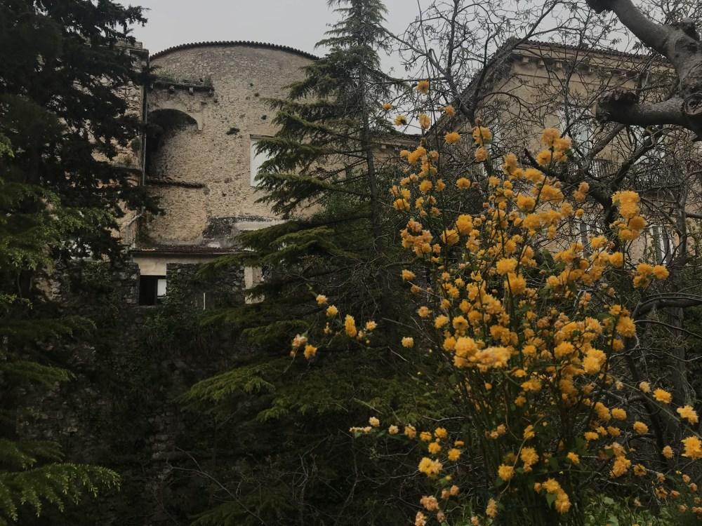 O castelo de Teggiano por fora