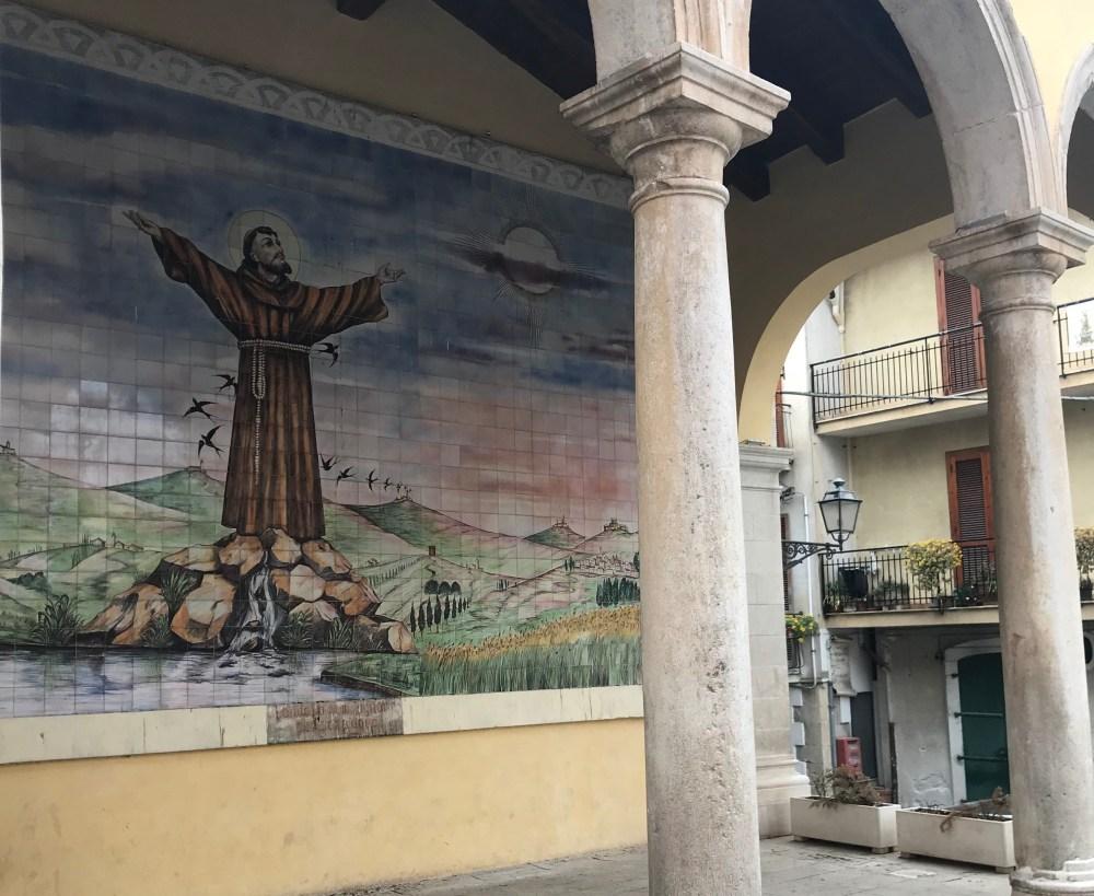 Como é comum na Itália, Teggiano é uma cidade repleta de templos e símbolos católicos