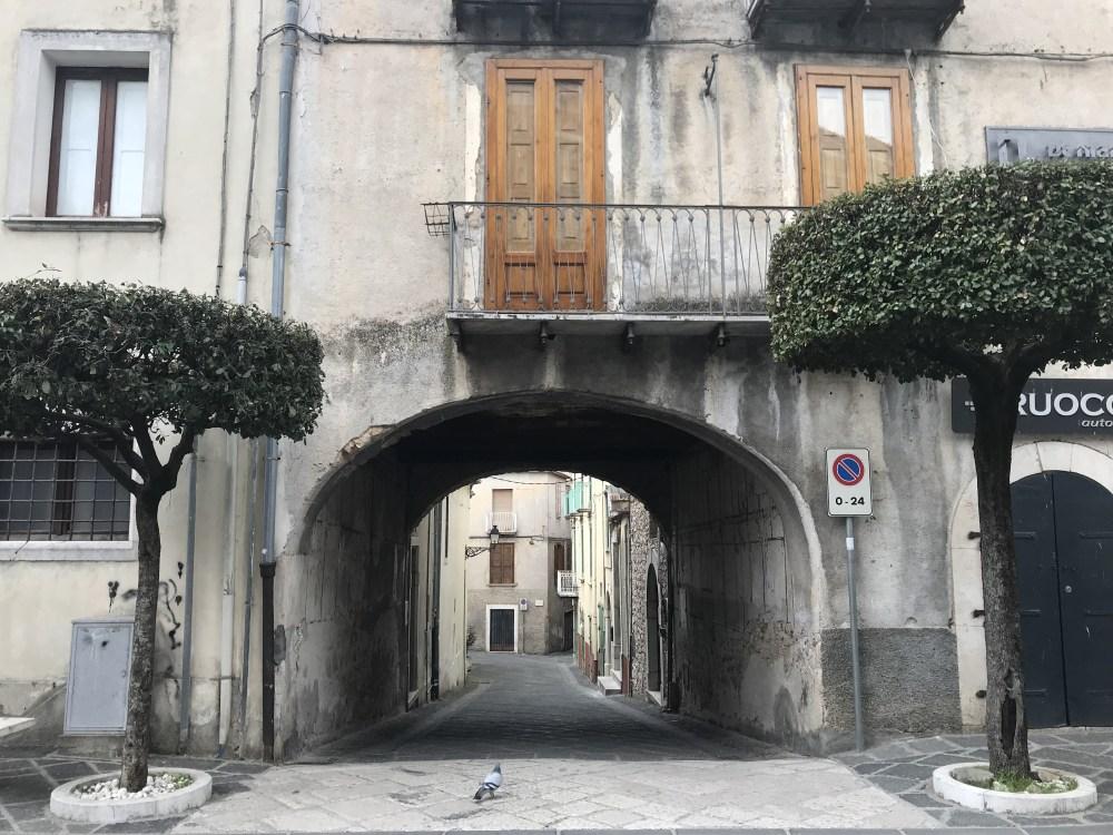 Pelas ruas de Teggiano, Campagnia, Itália