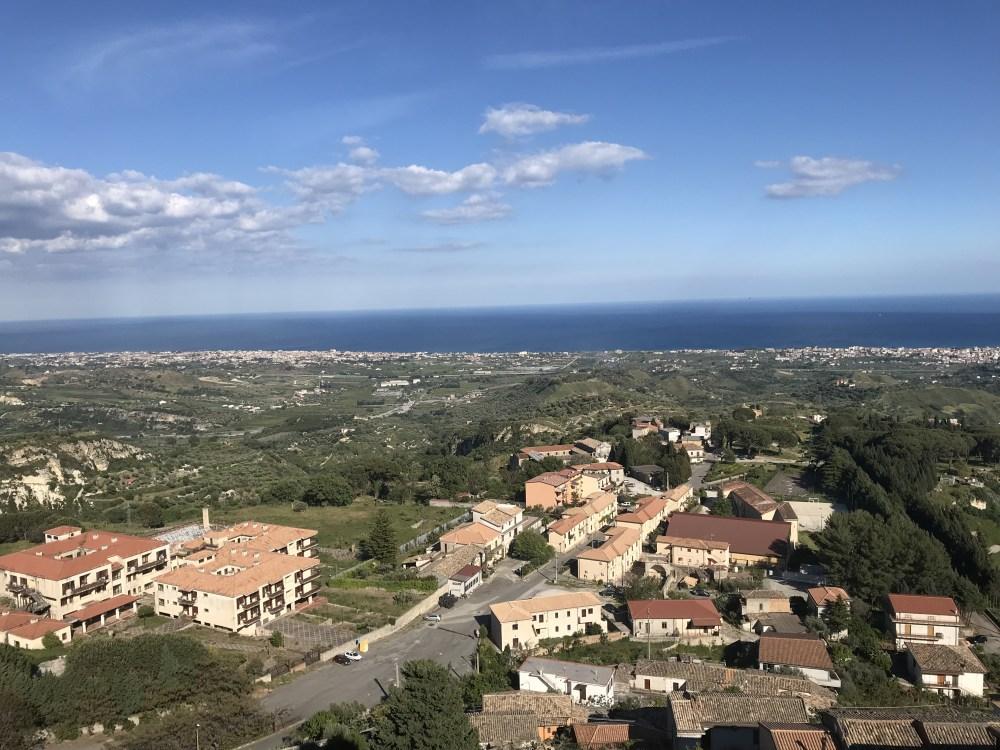 A vista de Gerace, na Calábria, para o mar