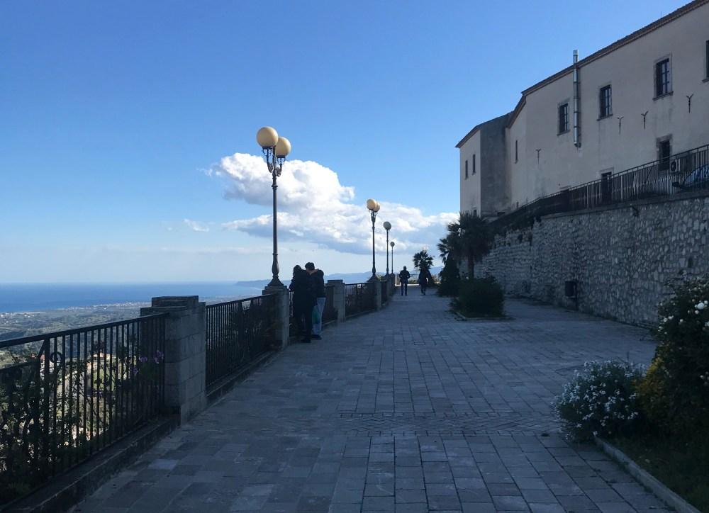 O mirante de Gerace, na Calábria, de onde podemos ver o mar