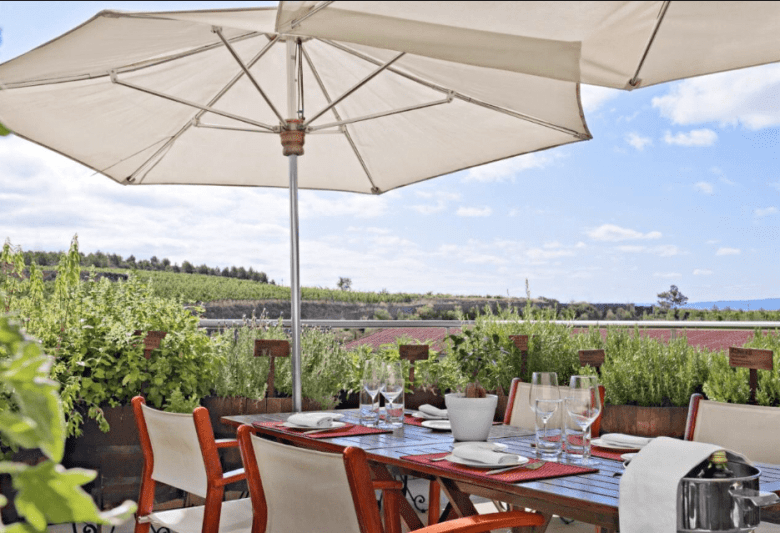 Imagina só comer nessa varanda do hotel Marqués de Riscal! Foto: Booking