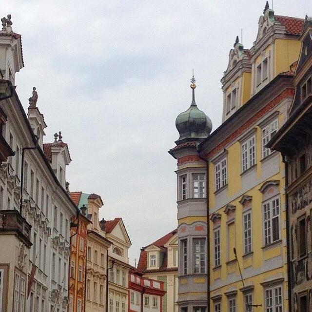 Uma dica para aproveitar todo seu roteiro de viagem à Praga: olhe sempre para cima para ver detalhes dos telhados e janelas