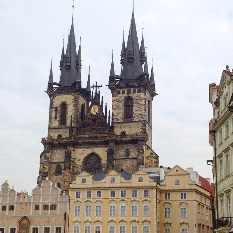 Gosto dessa sobreposição de cores, detalhes e estilos de Praga