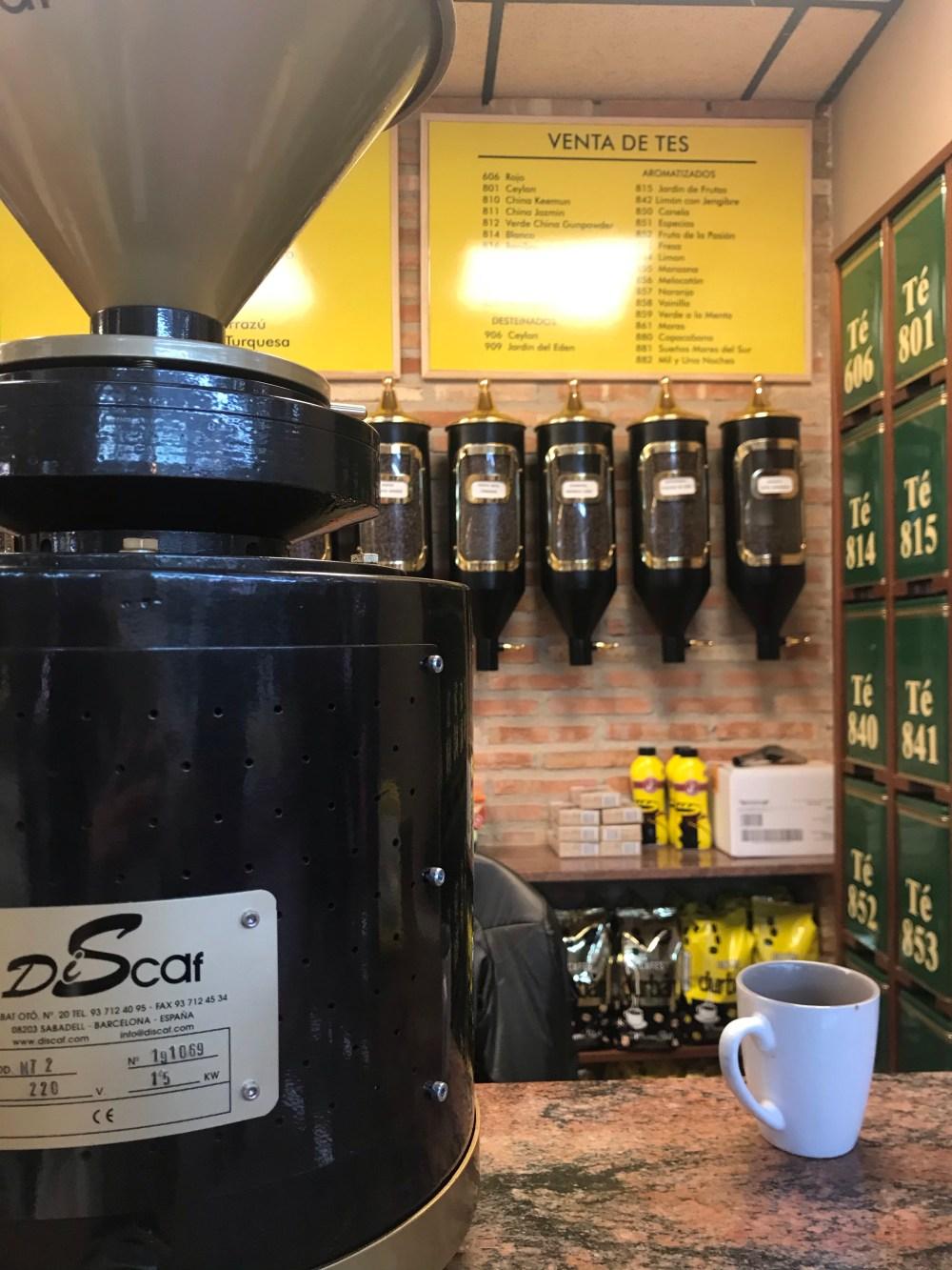 Mesmo se você não quiser levar nada, pode parar para tomar um café ou chá no Mercado de El Cabanyal