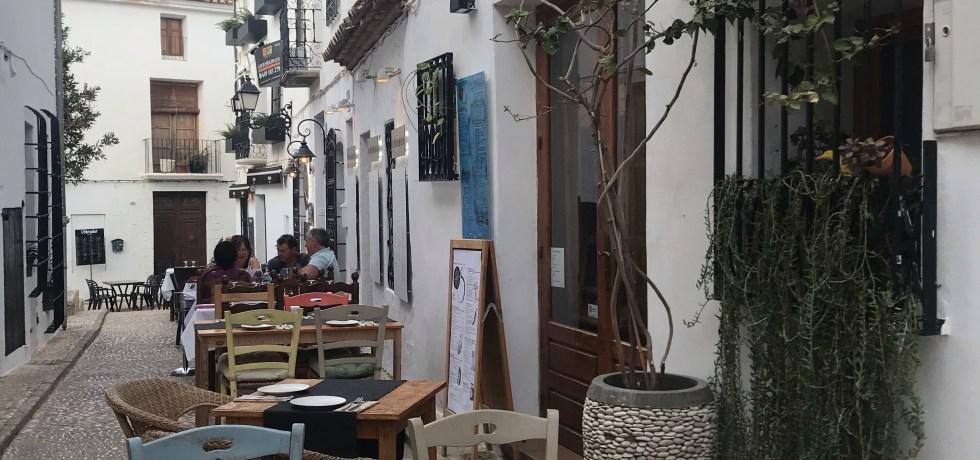 Que tal sentar nesse restaurante na sua viagem?