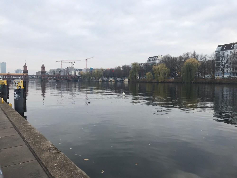 O muro de Berlim está do lado do rio!