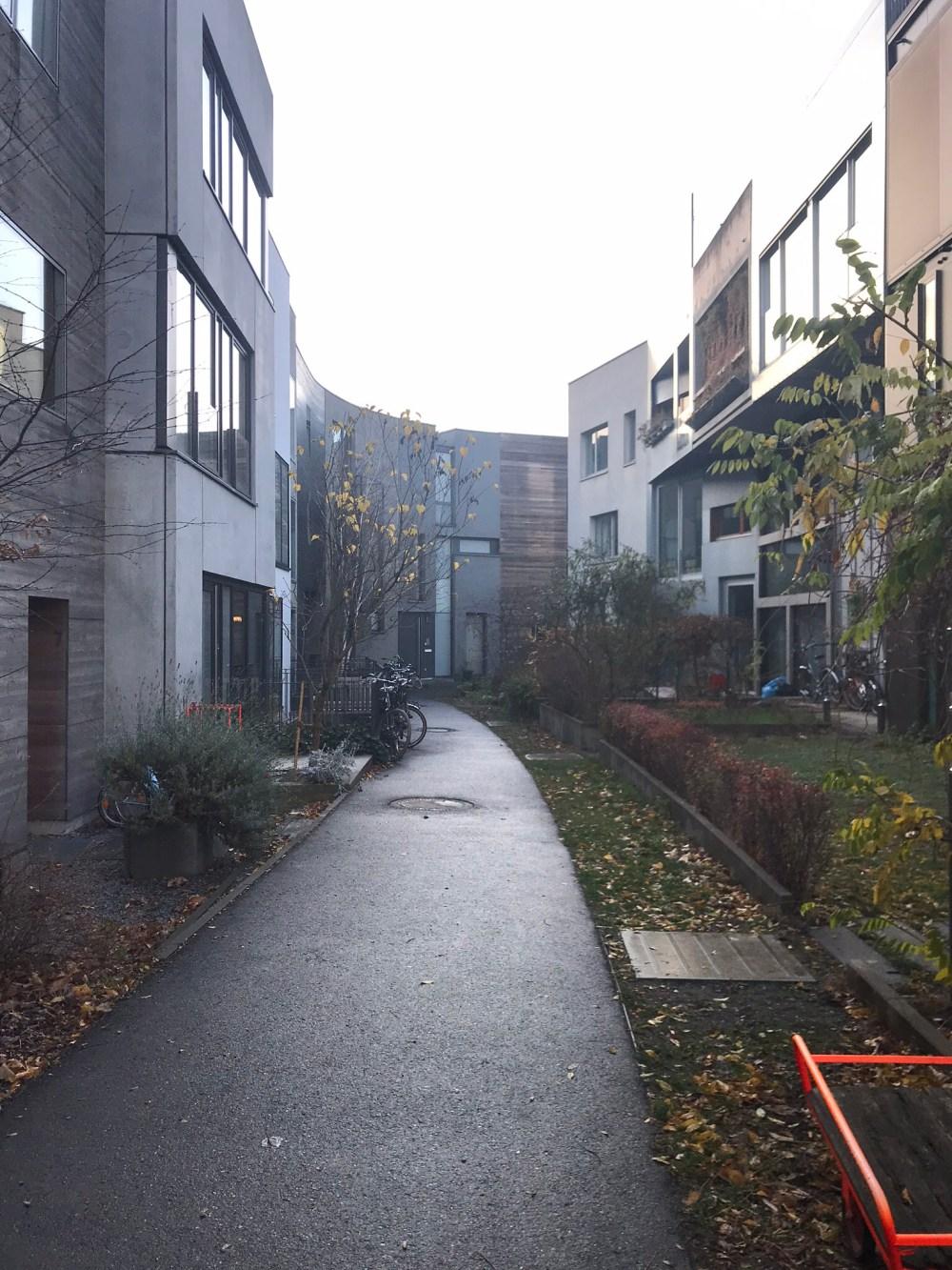 Para variar, gosto de encontrar ruelas por onde vou que retratam um pouco mais da aura da cidade e essa aqui fala muito sobre o meu conceito de Berlim: contemporâneo, cada um do seu jeito