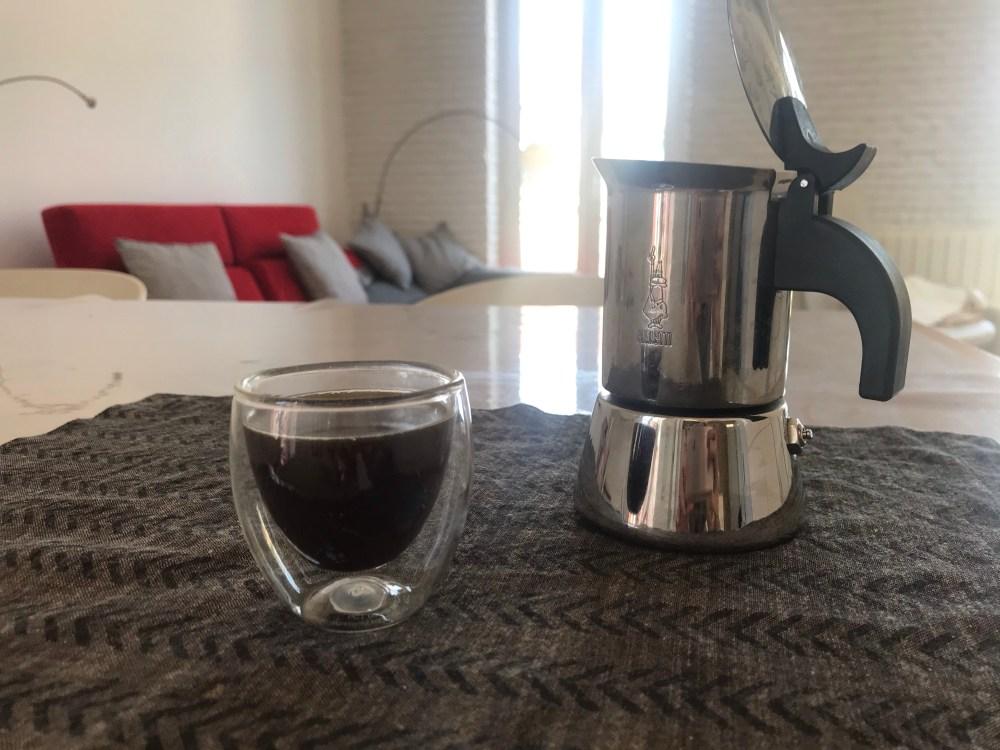 Optei por ter uma cafeteira italiana da marca Bialetti de inox porque é mais bonita e queria testar