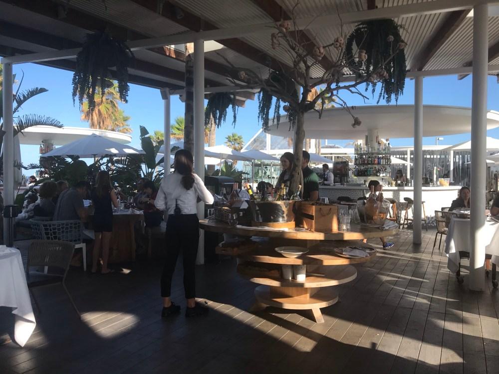 O Marina Beach Club de Valencia traz diversos ambientes agradáveis com vista para o mar
