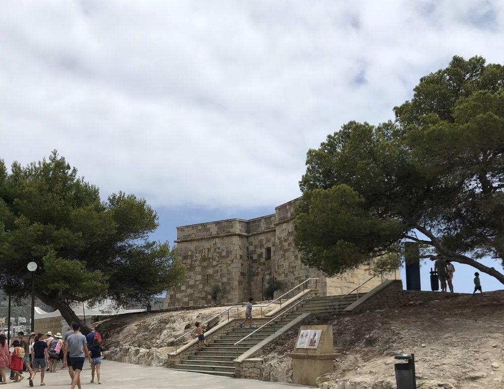 O que ver em Moraira, na Costa Blanca? Uma das atrações é os resquícios de um Castelo e sua bela vista para o mar.