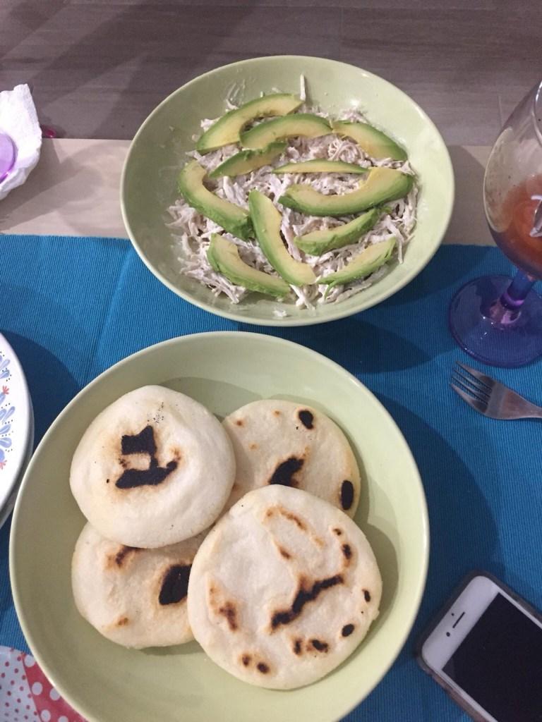 Arepas venezuelanas prontinhas e acompanhadas de recheio de frango com abacate
