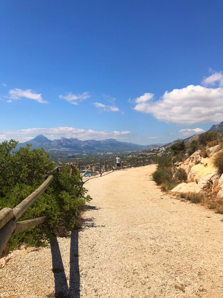 A trilha do Monte Toix que leva para o mirante de Altea