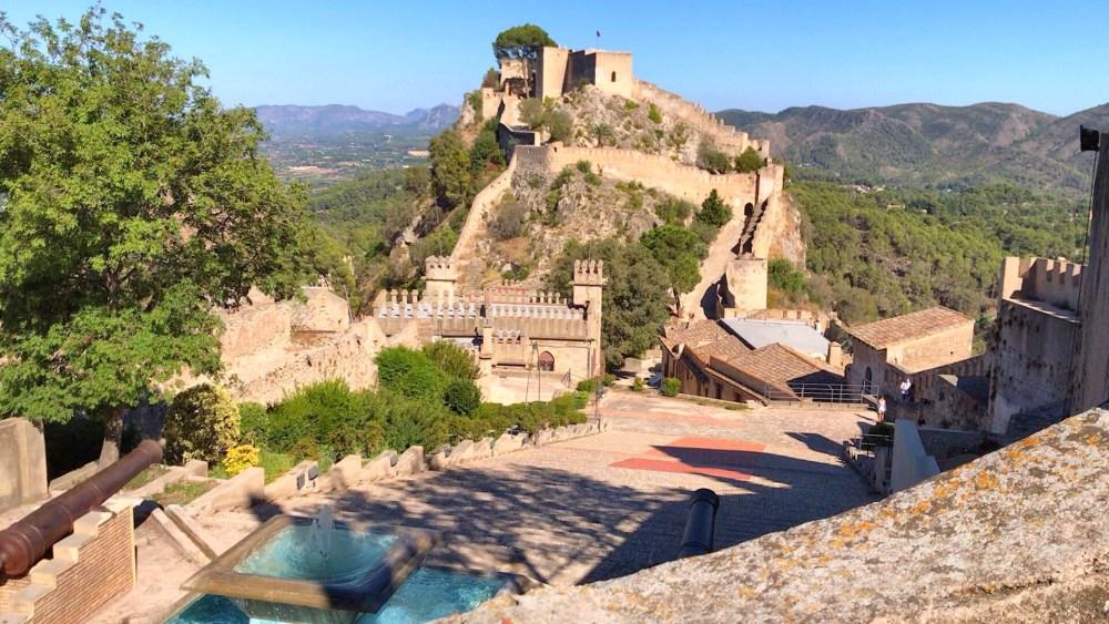 O jardim com vista para o Castelo de Xàtiva, na Comunidade Valenciana, Província de Valencia