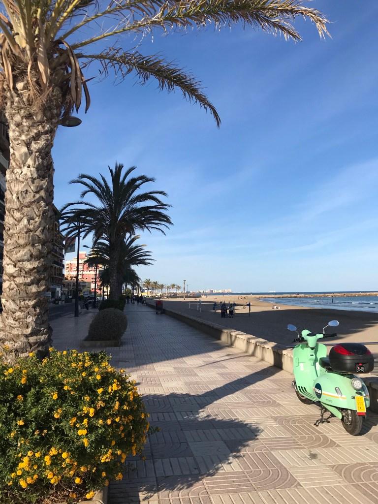 O calçadão de Port Saplaya, em Alboraya, Valencia, ao lado da Pequena Veneza