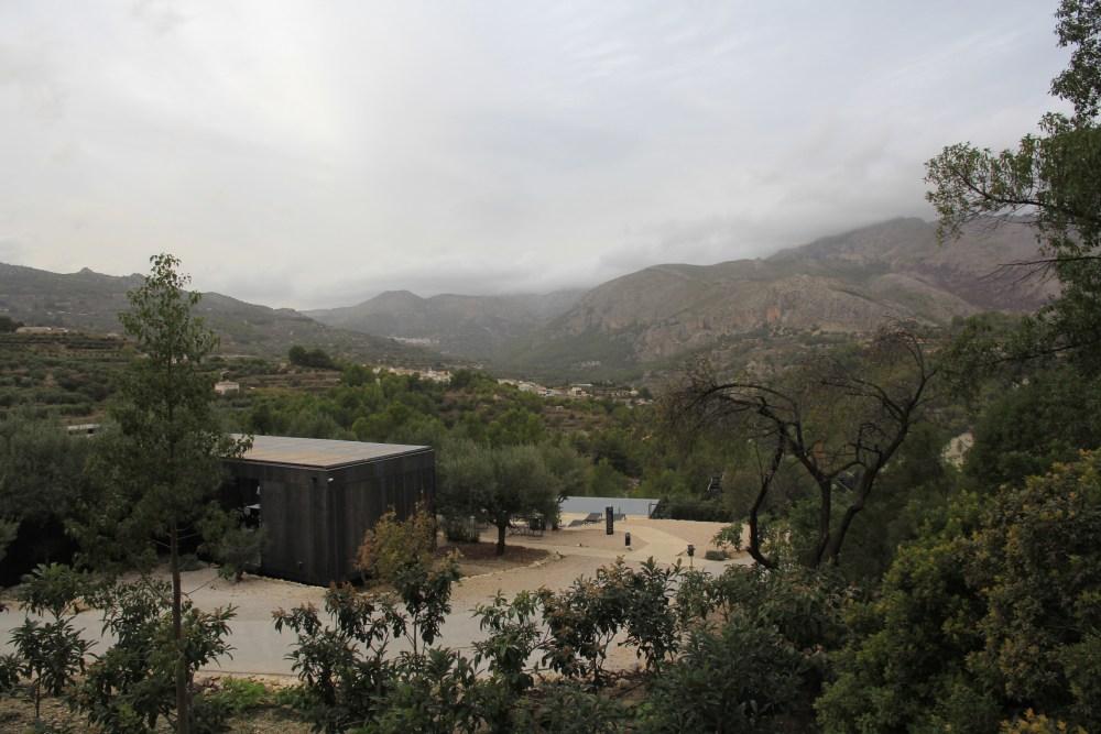 De cima do restaurante do VIVOOD landscape hotel, olhando para a piscina e montanhas no inverno