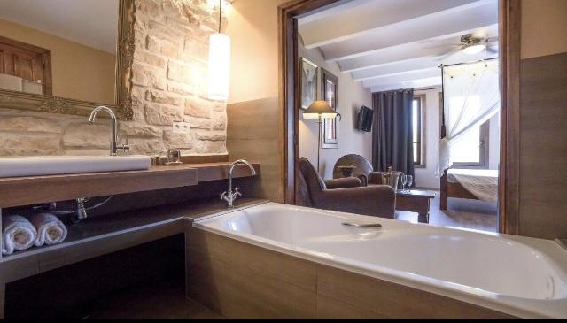 Quarto com banheira e abertura do banheiro do Finca el Tossal em Bolulla Alicante