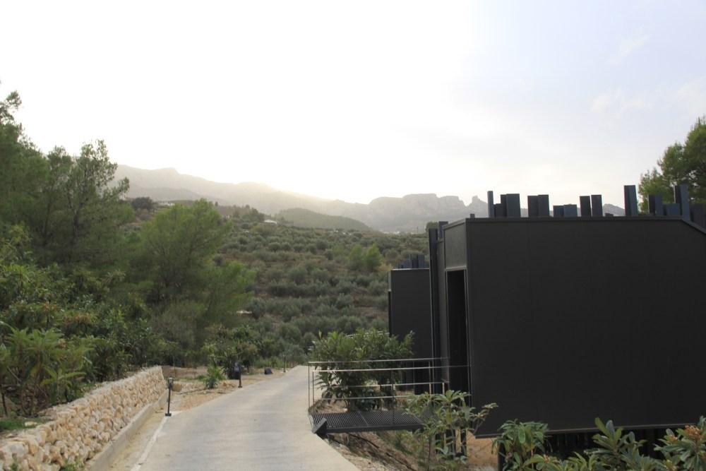 Os quartos do VIVHOOD de Alicante são como cabines colocadas a 3 m de altura.