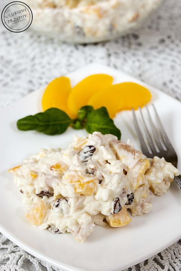 Sałatka z wędzonym kurczakiem, ryżem i brzoskwiniami