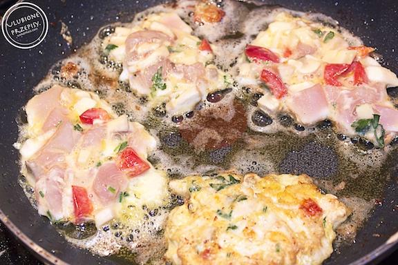 Kotleciki z piersi z kurczaka z papryką, pieczarkami i serem żółtym