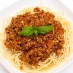 Spaghetti z sosem pomidorowym, mięsem mielonym i warzywami