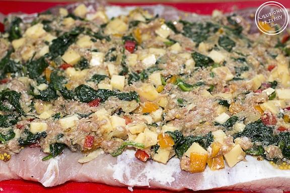 Rolada schabowa faszerowana mięsem mielonym ze szpinakiem i papryką
