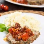 Pieczeń włoska z mięsa mielonego z czerwonym winem, pieczarkami, szpinakiem i parmezanem