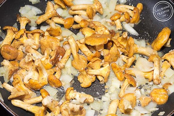 Makaron z kurkami w sosie śmietanowym