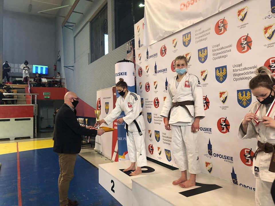 Zawodniczka odbiera medal