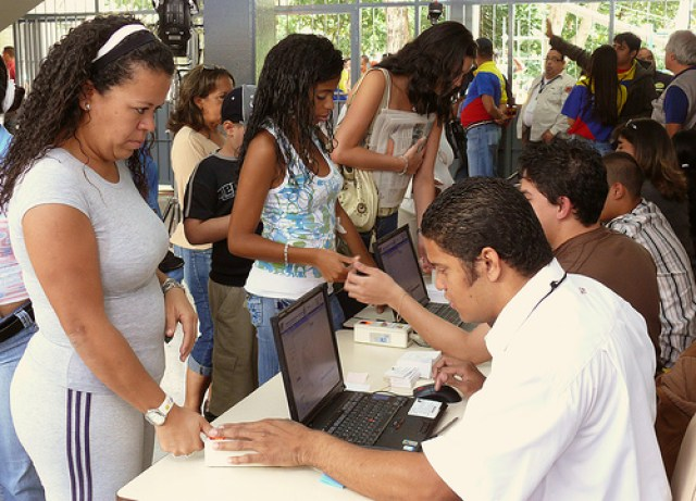 Venezolanos se aprestan para jornada de recolección de firmas. photo credit: Inmigrante a media jornada Electoras via photopin (license)