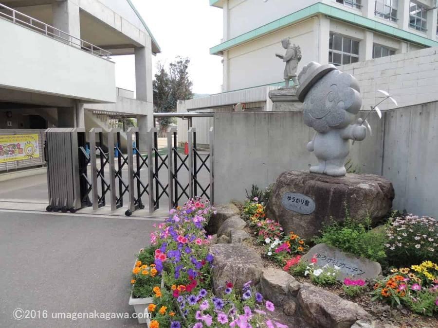 牟礼小学校のユーカリ_校門前