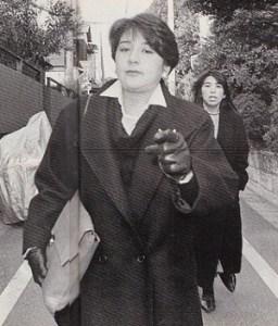 結婚前啖呵を切り指差しする小和田雅子