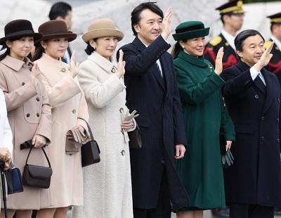 天皇、皇后両陛下をお見送りになる皇太子ご夫妻、皇族方=羽田空港で2017年2月28日午前11時9分、猪飼健史撮影
