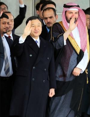 中国へ出発するサウジアラビアのサルマン国王を見送る皇太子さま=15日午後0時52分、羽田空港、西畑志朗撮影