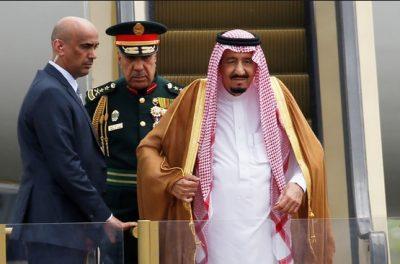 エスカレーターのタラップを降りるサウジアラビア国王