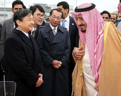 サウジアラビアのサルマン国王を見送る皇太子さま=15日午後0時44分、羽田空港、長島一浩撮影