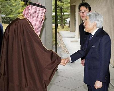 昼食会に訪れたサウジアラビアのサルマン国王(左)を出迎えられる天皇陛下=14日午後、皇居・御所(代表撮影)