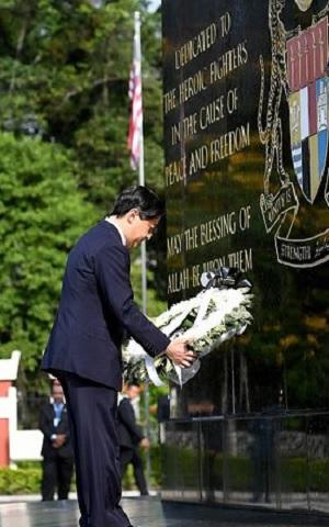 マレーシア国家記念碑に献花する皇太子殿下