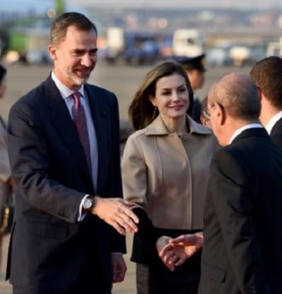 東京・羽田空港に到着したスペイン国王のフェリペ6世(左)と妻のレティシア王妃(2017年4月4日撮影)
