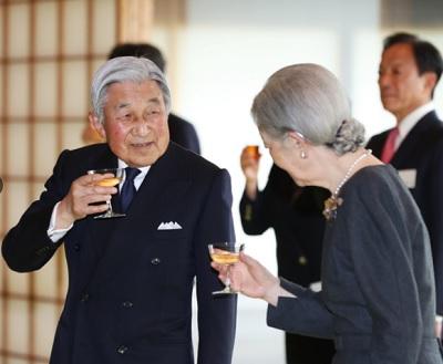 ベトナム、タイ訪問の尽力者との茶会で、乾杯をする天皇、皇后両陛下=17日午後、皇居・宮殿、嶋田達也撮影