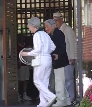 「東京ローンテニスクラブ」に到着された天皇皇后