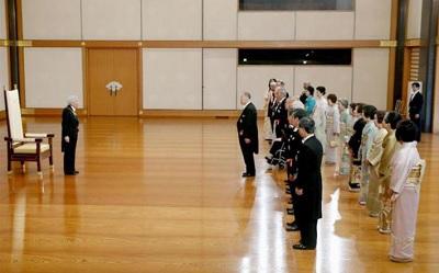 春の叙勲の大綬章親授式の後、受章者代表の森喜朗元首相から謝辞を受けられる天皇陛下=9日、皇居・宮殿「松の間」