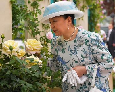 会場で、バラの香り楽しむ寛仁親王妃信子さま=埼玉県所沢市のメットライフドームで2017年5月11日、手塚耕一郎撮影