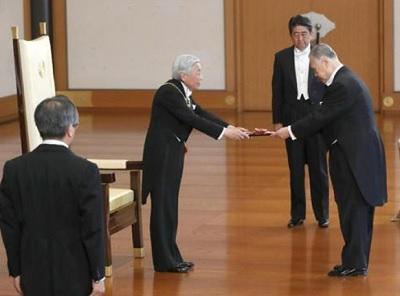 森喜朗元首相に桐花大綬章の勲章を授与される天皇陛下=9日、皇居・宮殿「松の間」