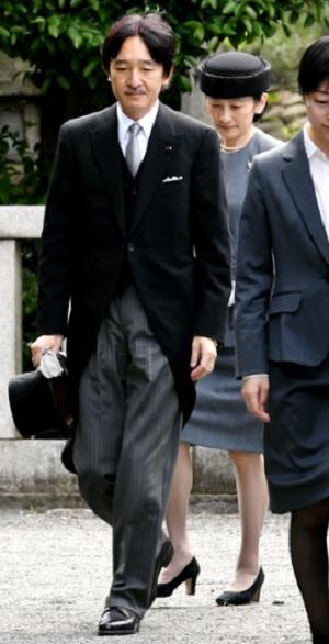 寛仁さまの五年式年祭墓所祭で墓所に向かう秋篠宮ご夫妻