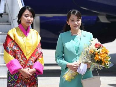 ユフェルマ王女(左)に出迎えられる秋篠宮ご夫妻の長女眞子さま=1日、ブータン・パロ国際空港(代表撮影)