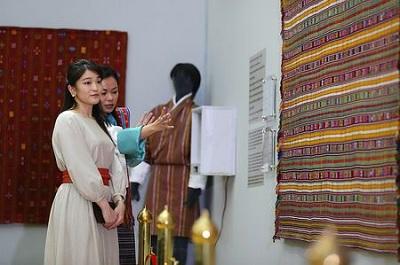 ブータンの織物博物館で、伝統的な織物の展示を見学される秋篠宮家の長女眞子さま=3日、ティンプー(代表撮影)