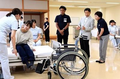 皇太子さま単独で看護大学を訪問